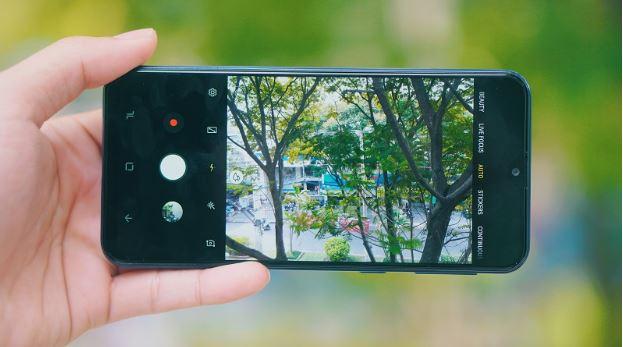 Samsung Galaxy M20 ghi điểm với cụm camera kép độ phân giải cao