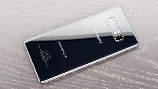 Kiểm tra thông tin model sản phẩm in tại mặt sau điện thoại